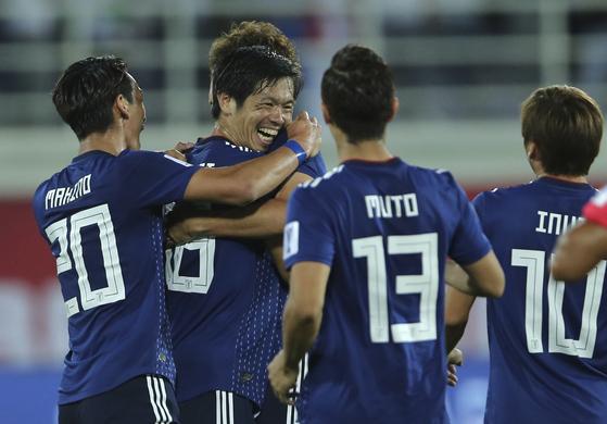 시오타니(왼쪽에서 두 번째)가 일본의 두 번째 골을 터뜨린 뒤 동료들과 기뻐하고 있다. [AP=연합뉴스]