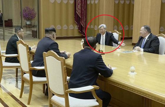 북한 조선중앙TV가 지난해 5월 공개한 폼페이오 장관과 앤드루 김의 방북 영상. 김정은 국무위원장이 앤드루 김(빨간 원) CIA 코리아미션센터장 앤드루 김의 말을 경청하고 있다.  [조선중앙TV 캡처]