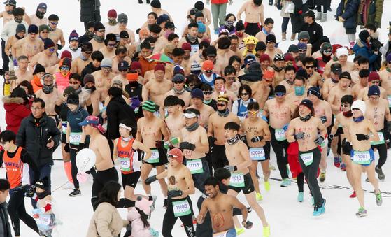 19일 강원 평창군 대관령면 눈꽃축제장에서 열린 '대관령 알몸 마라톤대회'에 참가한 국내외 선수들이 출발하고 있다. [연합뉴스]