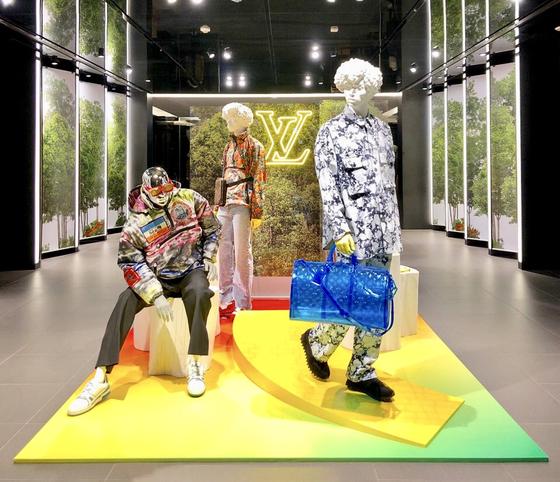 '오즈의 마법사'를 주제로 한 루이비통 남성복의 2019 봄여름 컬렉션이 국내 주요 매장에 전시돼 있다. [사진 루이비통]
