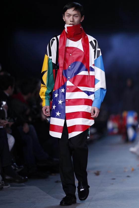 프랑스 럭셔리 브랜드 루이비통의 2019년 가을겨울 남성복 컬렉션 쇼 무대에 선 모델. 가슴 부분에 태극기가 큼지막하게 사용된 셔츠를 입고 등장했다. [사진 연합뉴스]
