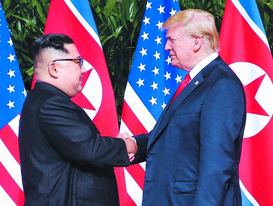 김정은 북한 국무위원장과 도널드 트럼프 미국 대통령이 지난해 6월 12일 싱가포르에서 만나 악수를 나누고 있다. [사진 연합뉴스]