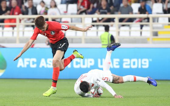 16일 아랍에미리트 아부다비 알 나얀 스타디움에서 열린 한국과 중국의 아시안컵 조별리그 C조 3차전에서 이청용과 장린펑이 공다툼을 하고 있다.[연합뉴스]