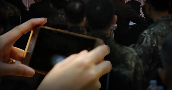 휴대전화 사용하는 군인 [중앙포토]
