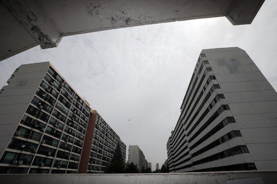 재건축 시장에서 가장 '똘똘한' 아파트의 하나로 꼽히는 서울 강남구 대치동 은마아파트. 지난해 9.13대책 후 거래가 끊기고 실거래가격도 두 달새 2억원 떨어졌다.