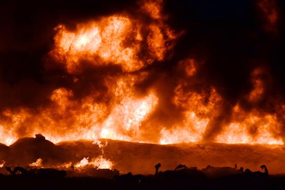 멕시코 중부 지역에서 19일(현지시간) 송유관 화재가 발생해 화염이 치솟고 있다. [AFP=연합뉴스]