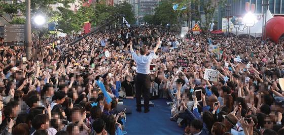 2017년 4월 30일 문재인 당시 더불어민주당 대선후보가 서울 서대문구 신촌에서 열린 유세에서 시민들을 향해 손을 들어 인사하고 있다.