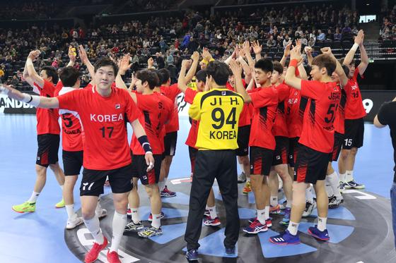 남북 핸드볼 단일팀 선수들이 19일 열린 세계핸드볼선수권대회 순위결정전 일본과의 경기에서 승리를 거둔 뒤 기뻐하고 있다. [사진 대한핸드볼협회]