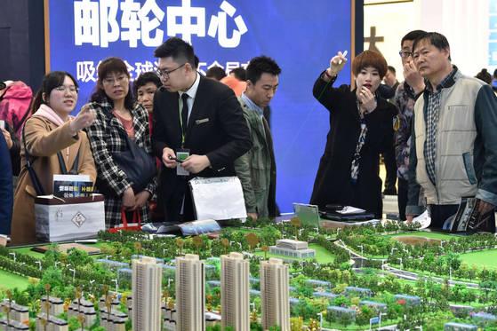 중국 랴오닝에서 아파트 모델 하우스를 둘러보는 중국인들. [로이터=연합뉴스]