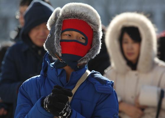 대한(大寒)인 20일 서울 경복궁에서 시민들과 외국인 관광객들이 광화문 파수의식을 지켜보고 있다. [연합뉴스]