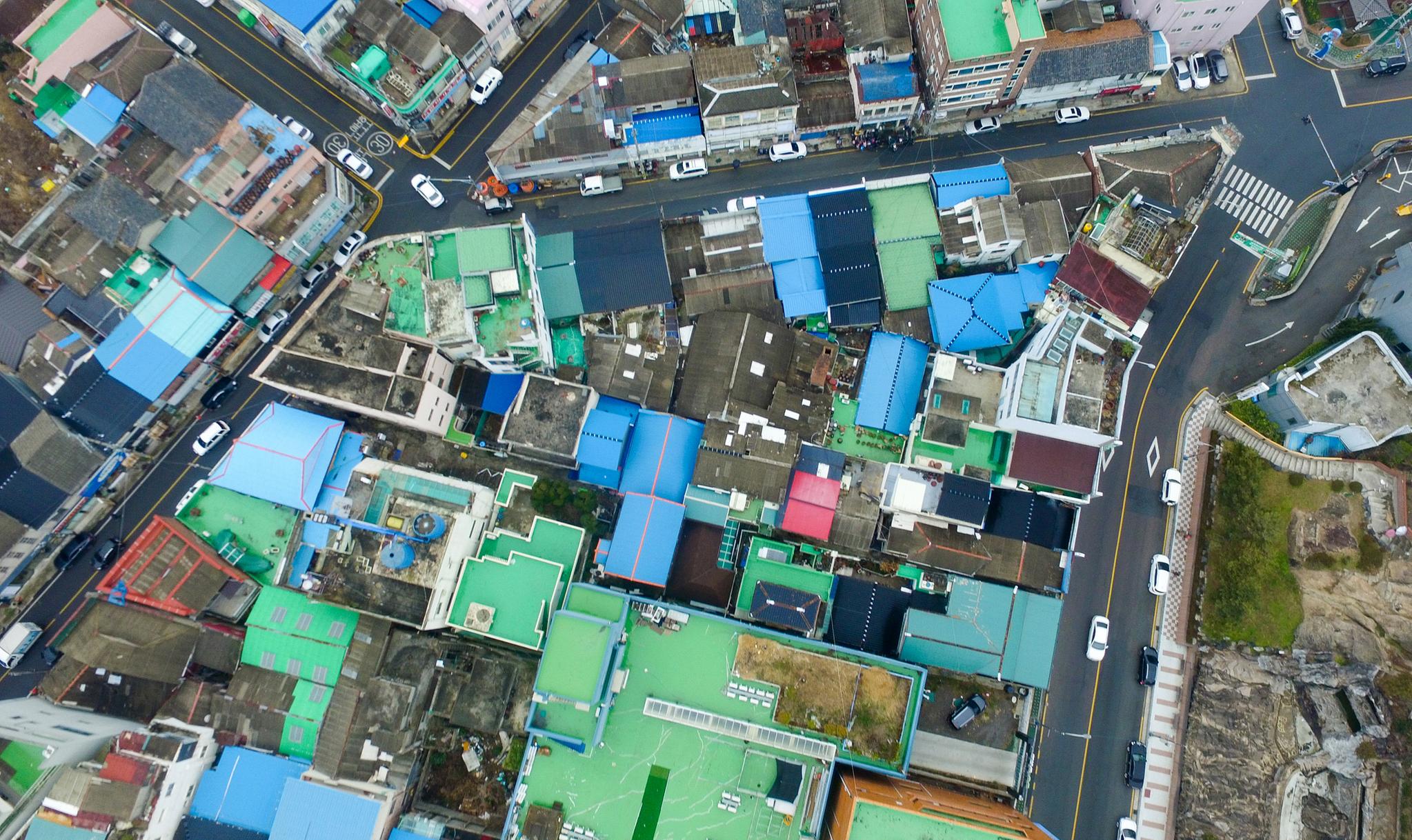 손혜원 의원 남편이 운영하는 재단에서 구매한 건물들이 밀집한 지역. 작은 건물들이 붙어 있어 도로에 인접한 건물 외에는 드론으로만 확인 가능하다. [프리랜서 장정필]