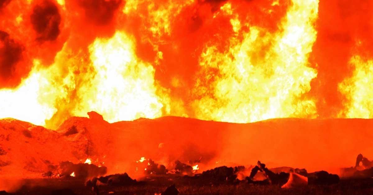 18일(현지시간) 오후 멕시코 이달고 주 송유관에서 폭발과 함께 화재가 발생했다. [AFP=연합뉴스]