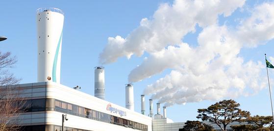 지난달 11일 태안화력 비정규직 김용균씨가 석탄운송설비에 끼어 숨진 뒤 가동이 중단된 9·10호기 굴뚝. [연합뉴스]