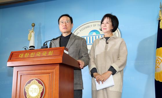 홍영표 더불어민주당 원내대표와 손혜원 의원이 20일 국회 정론관에서 목포 부동산 투기 의혹과 관련한 기자회견을 하고있다. [연합뉴스]