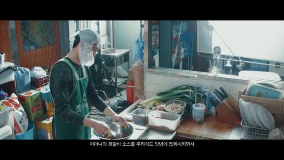 영화 '극한직업'에서 마약치킨 조리에 나선 마 형사. 주방에 선 모습이 자연스럽다. [사진 CJ엔터테인먼트]