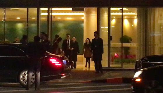 미국 워싱턴을 방문한 김영철 북한 노동당 부위원장이 20일 오후 6시 36분(현지시간) 귀국 경유지인 중국 베이징(北京) 서우두 공항에 도착해 건물을 나서고 있다. [연합뉴스]