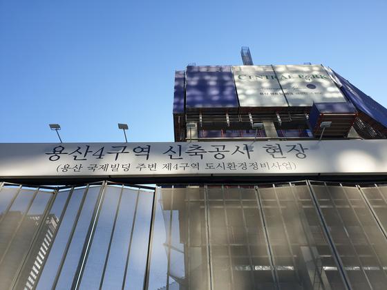 용산참사 10주년을 앞둔 19일 참사현장인 서울 용산구 한강로2가 옛 남일당 터에서 주상복합 건물의 공사가 한창이다. 백희연 기자