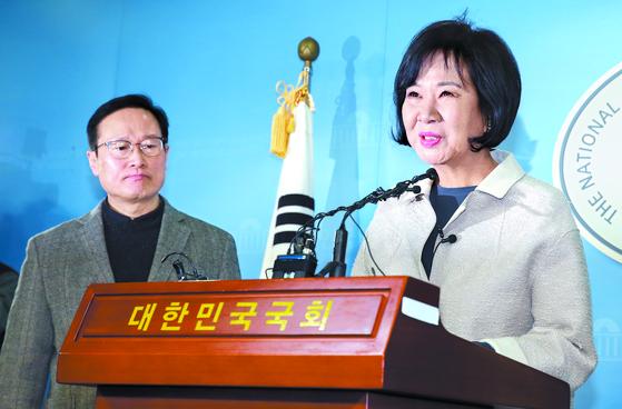 손혜원 의원이 20일 오전 국회 정론관에서 목포 부동산 투기 의혹과 관련해 기자회견을 하고 있다. 왼쪽은 홍영표 더불어민주당 원내대표. [임현동 기자]