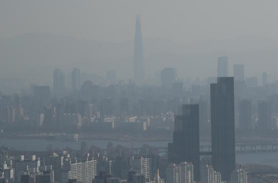 지난 20일 오전 서울 영등포구 63아트 전망대에서 바라본 서울 도심. [연합뉴스]