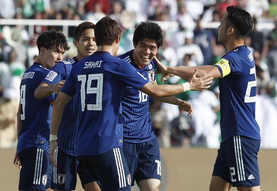 일본의 다케이로 토미야스(오른쪽 둘째)가 21일 열린 아시안컵 16강전 사우디아라비아전에서 팀의 두 번째 골을 넣은 뒤 동료들의 축하를 받고 있다. [AP=연합뉴스]