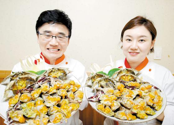 김철호 사장(왼쪽)과 딸인 김보미 부사장이 간장게장을 보여주고 있다. [사진 계곡가든]