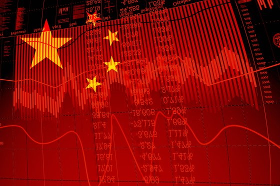 Decline in stock exchange on the graph of the Chinese economy. Flag of China in the double exposure with the graph the stock exchange.; Shutterstock [중앙일보 DB]