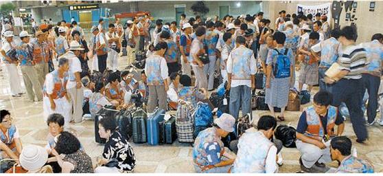 해외여행 자유화가 이뤄진 1989년 이전에는 해외여행에 나이 제한이 있었다. 87년까지는 50세 이상만 관광여권을 발급해줬다. '해외여행'이 곧 '효도관광'으로 통했던 이유다. [중앙포토]
