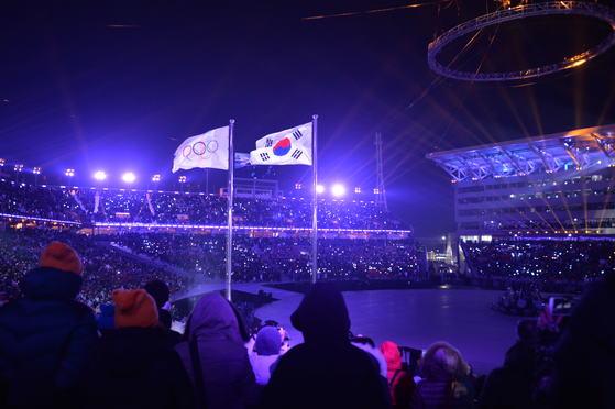 2018 평창동계올림픽 개회식이 9일 오후 평창올림픽플라자 내 개·폐회식장에서 'Peace in motion'(행동하는 평화)라는 주제로 펼쳐진 가운데 올림픽기와 태극기가 휘날리고 있다. [사진공동취재단]