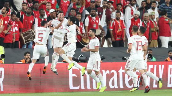 21일 열린 아시안컵 축구 16강 오만전에서 두 번째 골이 터진 뒤 기뻐하는 이란 축구대표팀 선수들. [EPA=연합뉴스]