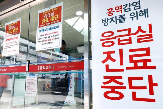 경기도에서만 이달 들어 10명의 홍역 환자가 발생했다. 사진은 홍역 감염 방지 위한 출입제한 안내문이 붙은 한 병원. [뉴스1]