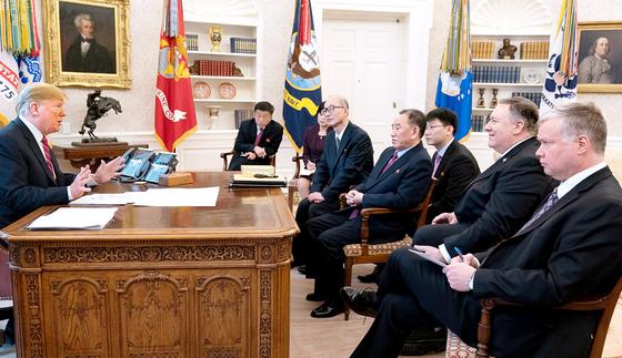 도널드 트럼프 대통령이 18일(현지시간) 워싱턴의 백악관 집무실에서 김영철 북한 노동당 부위원장 일행을 만나고 있다. 이 사진은 다음날인 19일 댄 스캐비노 백악관 소셜미디어 담당국장이 자신의 트위터 계정을 통해 공개했다. [사진 트위터]