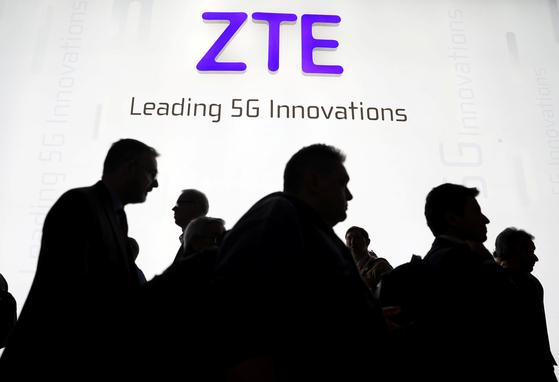 지난 해 2월 스페인 바르셀로나에서 열린 모바일 월드 컨퍼런스에서 관람객들이 중국 통신장비 기업 ZTE 부스 앞을 지나고 있다. [로이터=연합뉴스]