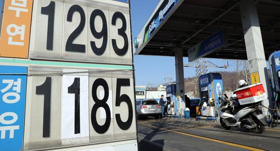 20일 서울 은평구 한 셀프 주유소에서 시민들이 주유하고 있다. 기름값 하락세가 석 달 가까이 이어지면서, 휘발유 가격은 2년 10개월 만에 최저치를 기록했다. [연합뉴스]