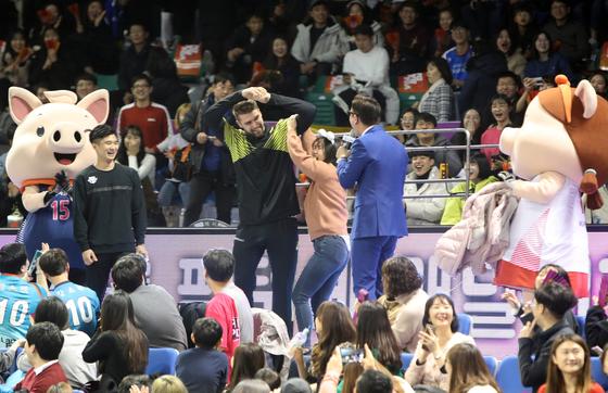 현대캐피탈 파다르가 팬들과 함께 하는 이벤트에서 한 팔로 여성을 들어올리고 있다. [연합뉴스]