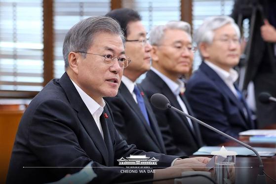 문재인 대통령이 21일 오후 청와대 여민관에서 열린 수석·보좌관회의에서 모두발언을 하고 있다. 청와대 페이스북