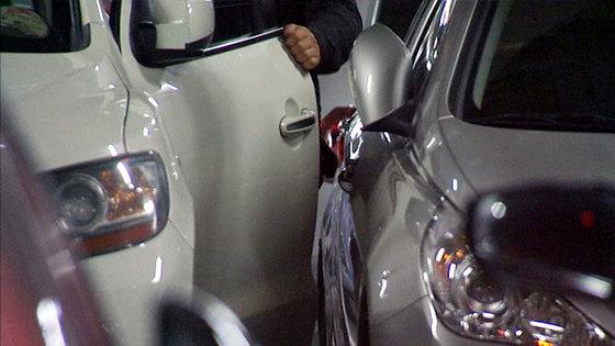 올해 4월부터 차문을 열다 옆차 문을 찍는 이른바 '문콕' 사고가 나면 부품 교체대신 복원 수리비만 보험금으로 지급된다. [중앙포토]