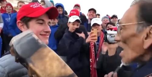 인디언 인권 옹호 활동가인 네이선 필립스 앞에서 비웃고 있는 고교생. [유튜브 캡처]