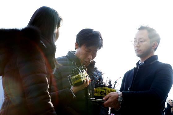해외연수 도중 가이드를 폭행해 상해혐의로 입건된 박종철 예천군의원이 11일 오후 경찰 조사를 받기 위해 경북 예천경찰서에 도착해 취재진의 질문에 답하고 있다. [뉴스1]