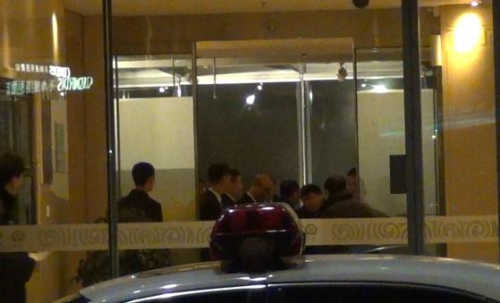 20일 중국국제항공 CA818 편으로 베이징에 도착한 김영철 북한 노동당 부위원장과 박철 아태평화위 부위원장이 귀빈실 내부에 도착한 모습. [사진=신경진 기자]