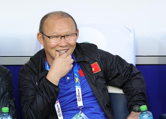 박항서 베트남 축구대표팀 감독이 20일 오후(현지시간) 아랍에미리트연합(UAE) 두바이 알 막툼 스타디움에서 열린 2019 아시아축구연맹(AFC) 아시안컵 16강 베트남과 요르단의 경기에서 미소짓고 있다. 이날 경기는 베트남이 승부차기를 통해 4대 2로 승리했다. [뉴스1]