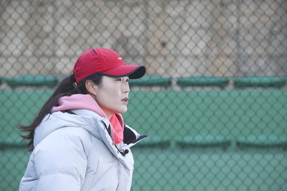 '스포츠 미투'를 처음 시작한 테니스 김은희 코치가 17일 고양시 성사체육공원 테니스장에서 중앙일보와 인터뷰하고 있다. [김경록 기자]