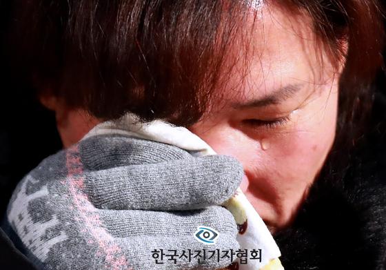 태안화력발전소에서 작업 도중 사망한 고(故) 김용균 씨의 어머니 김미숙가 아들의 모습을 바라보던 중 눈물을 흘리고 있다. 국회는 지난 27일 '위험의 외주화' 방지를 위한 산업안전보건법 개정안을 본회의에서 통과시켰다. [연합뉴스]