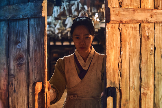 '킹덤'은 할리우드 활동을 병행 중인 배우 배두나가 의녀 역할을 맡아 기대를 모은다. [사진 넷플릭스]