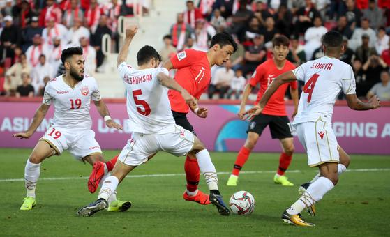 22일 오후(현지시간) 아랍에미리트 두바이 라시드 스타디움에서 열린 2019 아시아축구연맹(AFC) 아시안컵 한국과 바레인의 16강전에서 황희찬이 문전 돌파를 하고 있다. [연합뉴스]