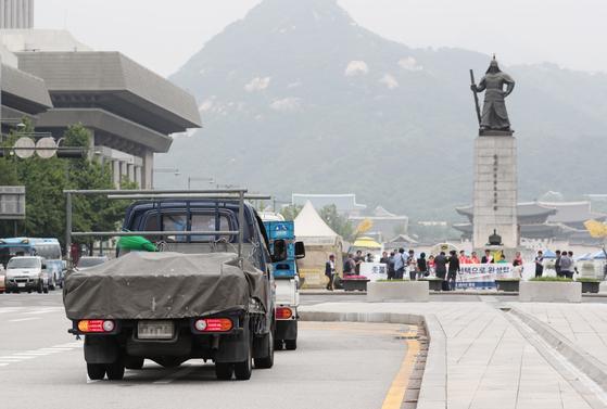 서울 세종대로 광화문사거리에서 경유 차량들이 운행되고 있다. [뉴스1]