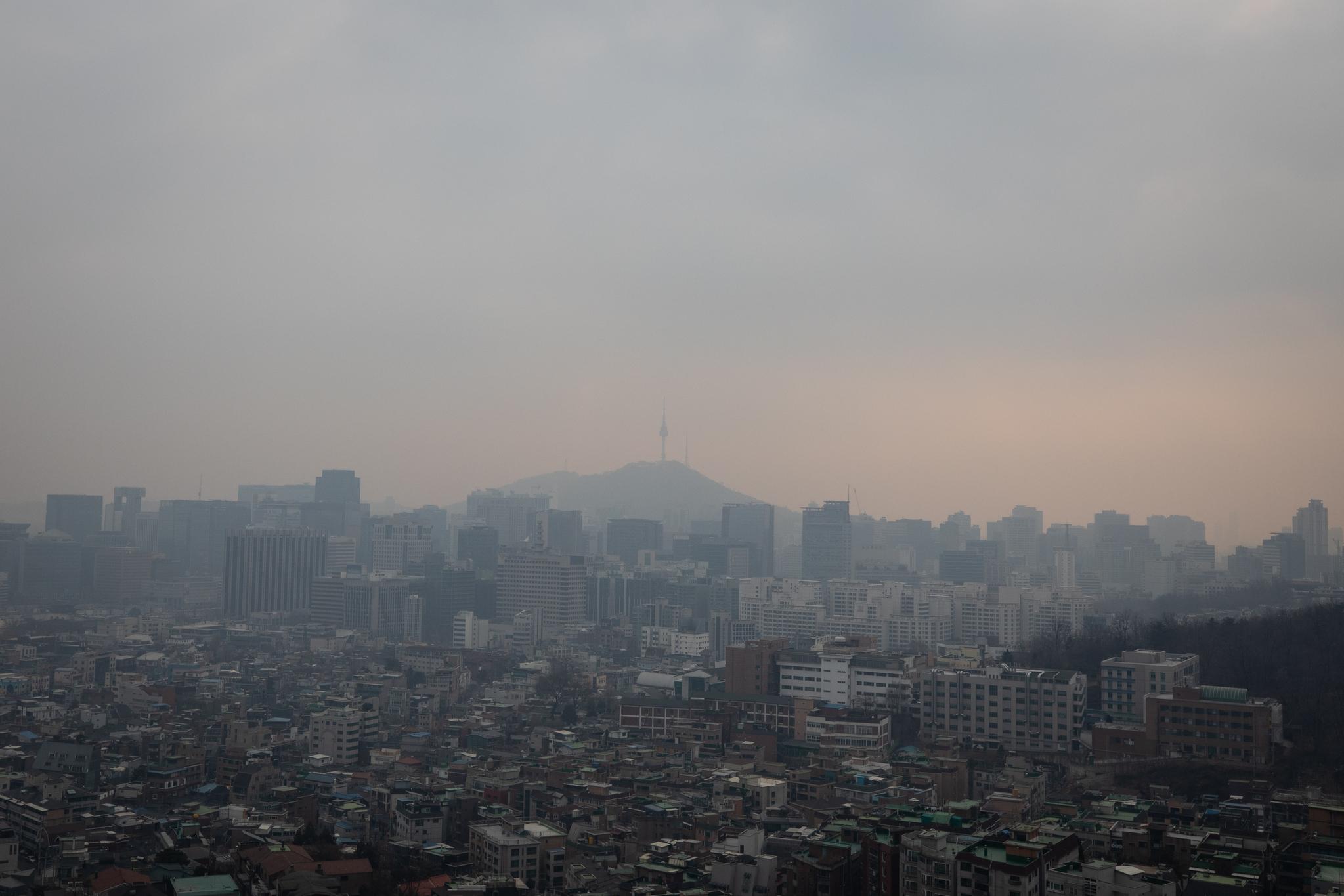 중국발 미세먼지가 유입되며 수도권에 초미세먼지 주의보가 발령된 지난 19일 뿌연 서울 도심의 모습. [뉴스1]