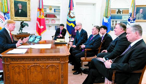 도널드 트럼프 미국 대통령과 18일 백악관 집무실 면담에서 김영철 북한 노동당 부위원장이 의자에 몸을 기대며 혼자 삐딱한 자세로 듣고 있다. [사진 트위터]