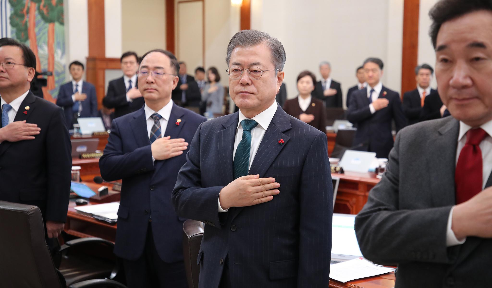 문재인 대통령이 22일 오전 청와대에서 열린 국무회의에서 참석자들과 국기에 경례하고 있다. [연합뉴스]