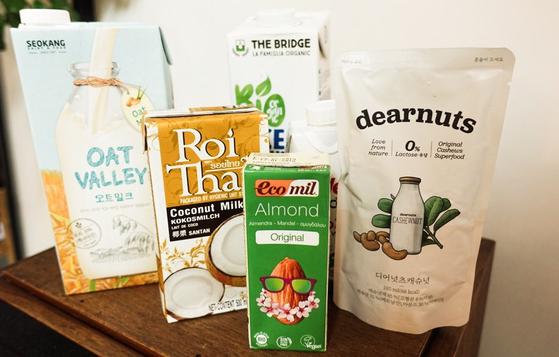 다양한 '식물성 우유'들. 귀리를 갈아 만든 것부터 코코넛, 아몬드, 쌀, 캐쉬넛까지 다양한 식물 원료를 사용한 음료다. 원료가 가진 영양분과 적은 당 함유량, 낮은 열량으로 다이어트식으로 주목 받고 있다.