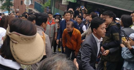 홍은동 사저에서 출퇴근 하던 문재인 대통령이 2017년 5월13일 청와대 이사를 앞두고 홍은동 주민들과 인사를 나누고 있다. [사진 온라인 커뮤니티]